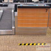 1.5 méter távolságtartást jelölő sárga-fekete padlómatrica csík